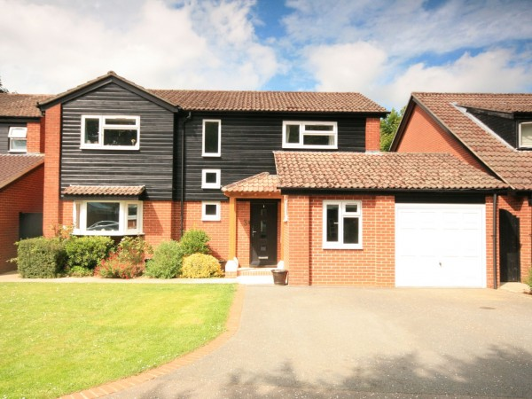 5 Bed Detached House For Sale - Photograph 1