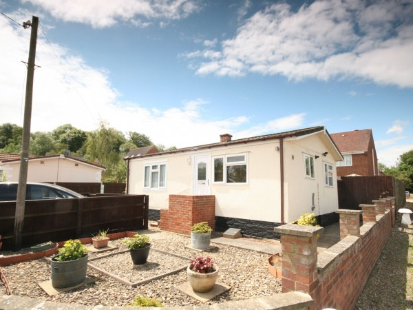 3 Bed Park Home House For Sale - Photograph 1