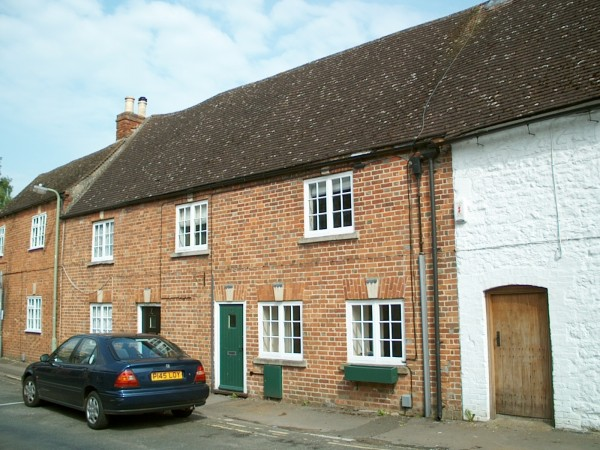 3 Bed Mid Terraced House To Rent - Photograph 1