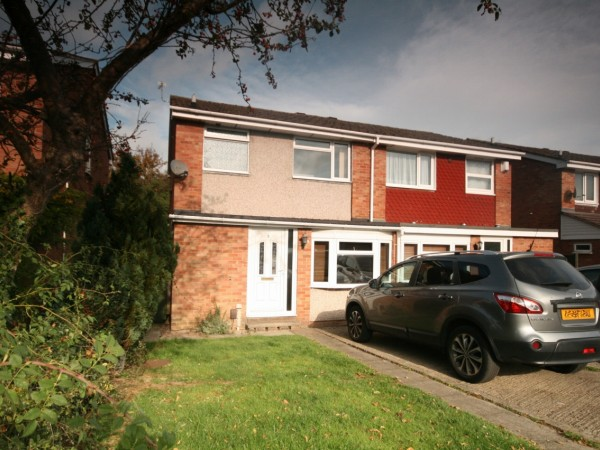 4 Bed Semi-detached House To Rent - Photograph 1