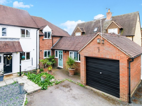 4 Bed End Terraced House For Sale - Photograph 1
