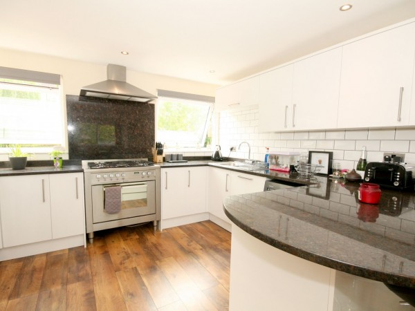 4 Bed Town House For Sale - Photograph 3