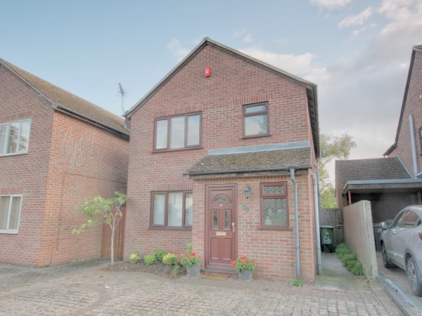 3 Bed Detached House For Sale - Photograph 4