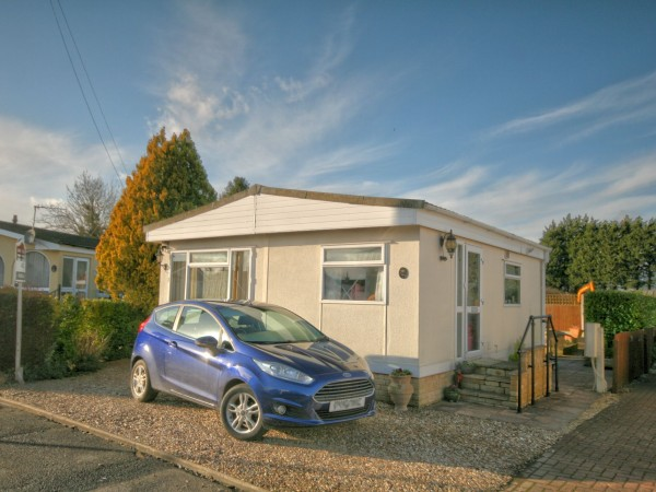1 Bed Park Home House For Sale - Photograph 1